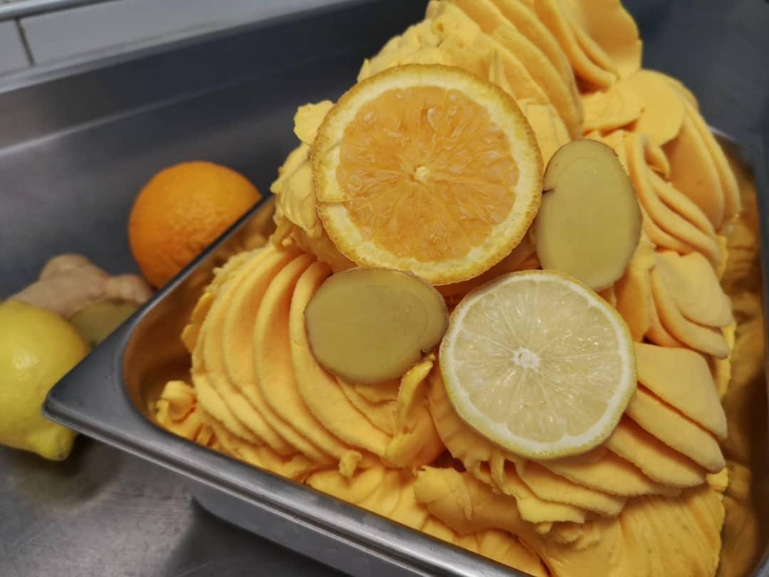TROPICAL GINGER! 🥭 Onze ijsbereidster is aan de slag gegaan met een  exclusieve smaak; tropisch fruit met gember! Suikervrij (gezoet met stevia). Deze special edition is alleen in het Stadshart verkrijgbaar! En OP = OPWe zijn benieuwd wat jullie ervan vinden! Kom vandaag langs, we zijn geopend tot 21:00.#zulianisstadshart