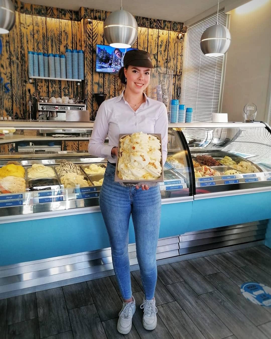 Deze favoriet kon natuurlijk niet lang wegblijven! Wie herkent het ijsje van onze blije Melissa? 🏽🥞🍋 Oma's Cake ligt vanaf vandaag weer in de winkels! Gemaakt met heerlijk cakebeslag en daarin een vleugje citroen.