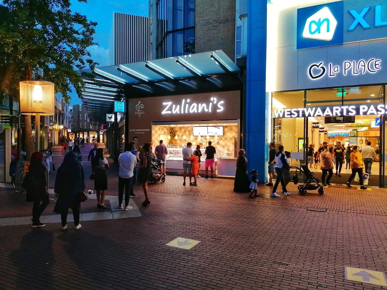 Een zwoele zomeravond in het Stadshart  Zoetermeerders gaan nog gezellig langs hun favoriete opscheppers nadat de winkels dicht zijn
