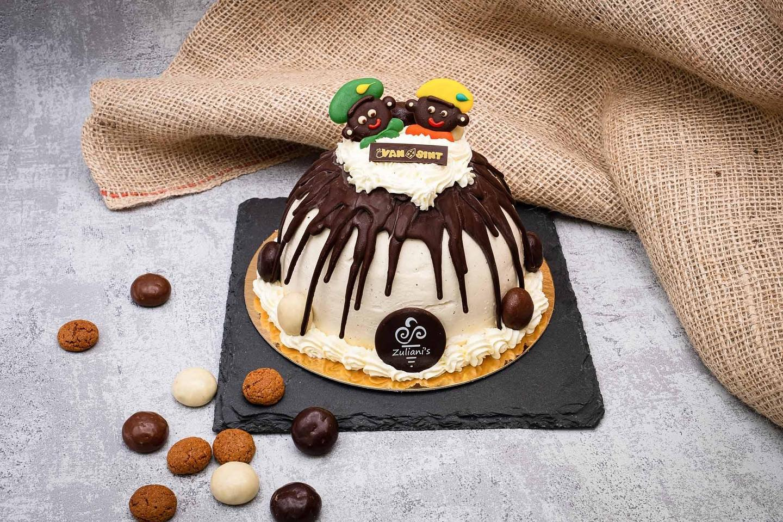 IJSTAART PIETERBAAS Speculaasijs: de meest bekende Sinterklaassmaak. Deze typische smaak hebben wij gecombineerd met melkchocolade-ijs, witte chocolade-ijs en een bodem van cake. Gedecoreerd met een bijzondere chocolade-drip en room.Voor 6 personen € 22,- (€ 3,65 p.p.)Bestel deze mooie ijstaart voor pakjesavond, uiterlijk op 30 november! Voor meer info: zuliani-gelato.nl/webshop #linkinbio