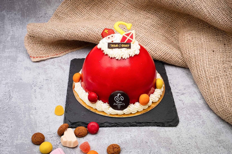 IJSTAART SINTERKLAAS Maak pakjesavond compleet met een dessert vol snoepgoed! Bestellen kan tot 30 november in onze webshop: zuliani-gelato.nl/webshopDe klassieke ijssmaken aardbei en vanille vormen samen met een bodem van cake deze mooie Sint-IJstaart. De rode kleur van de aardbeien glaçage maakt deze taart extra vrolijk. Afgewerkt met room en snoepgoed!Voor 6 personen € 22,- (€ 3,65 p.p.)Meer info over onze ijstaarten: zuliani-gelato.nl/ijstaarten