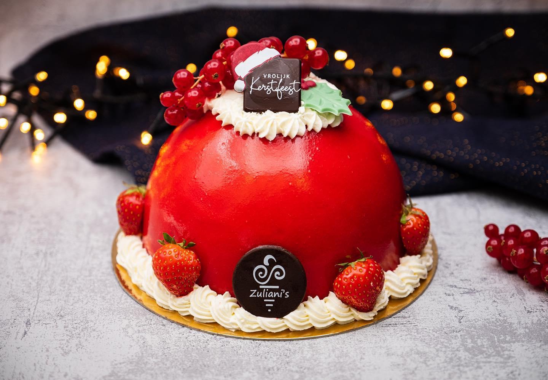 🦌 RUDOLPH'S RED CAKE 🦌De meest populaire van allemaal! De klassieke ijssmaken aardbei, chocolade en vanille vormen samen met een bodem van cake deze mooie ijstaart. De rode kleur van de aardbeien glaçage maakt dit het ultieme kerstdessert. Afgewerkt met room, chocolade en fruit.Voor 6 personen € 22,- (€ 3,65 p.p.)Bestel uiterlijk 19 december in onze webshop. #linkinbio