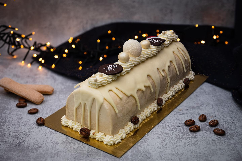 ️ LET IT SNOW TIRAMISU ️Dit jaar echt iets anders op tafel na het kerstdiner? Probeer ons meesterwerk! Zoals tiramisu hoort te zijn, met laagjes van mokka(-ijs), lange vingers en natuurlijk Amaretto! Deze prachtige ijstaart steelt de show door de witte chocolade-drip en de afwerking met room en chocolade.Voor 8 personen € 24,50 (€ 3,05 p.p.)De webshop is nog één week open! #linkinbio