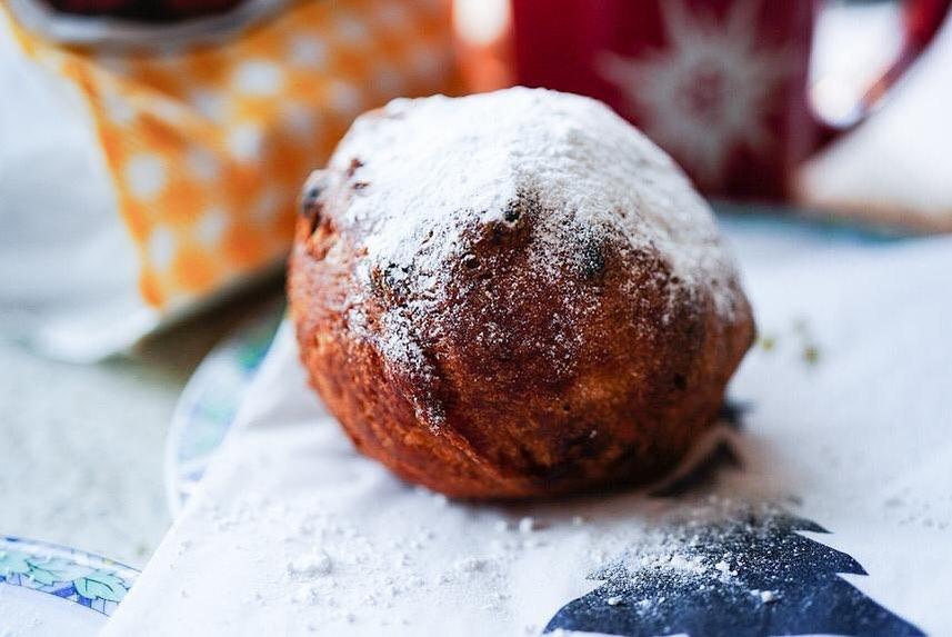 𝑩𝒐𝒍 𝒗𝒂𝒏 𝒁𝒖𝒍𝒊𝒂𝒏𝒊'𝒔 🥰 Dé lekkernij tijdens Oud & Nieuw. Een traditie die vandaag de dag nog in volle glorie wordt omarmd.𝗠𝗮𝗮𝗿 𝗵𝗼𝗲 𝘇𝗶𝘁 𝗱𝗮𝘁 𝘁𝗼𝗰𝗵 𝗺𝗲𝘁 𝗱𝗶𝗲 𝗼𝗹𝗶𝗲𝗯𝗼𝗹?Nederlanders genieten traditie getrouw elk jaar van de oliebol in de decembermaand. In oude kookboeken van 1667 stond het eerste recept van de aller eerste 'oliekoecken'. De ingrediënten zijn houdbaar en verkrijgbaar in de winter en de bollen zijn een goede bewapening tegen de kou. De oorsprong is dat mensen extra voor elkaar zorgen in de donkere koude maanden en zij maken de feestdagen zo gezellig mogelijk, er was vroeger tenslotte nog geen elektrisch licht. Mensen gingen langs de deur om een lied te zingen. Inruil daarvoor kregen zij iets te eten of te drinken, en dit was vaak de oliebol... En vroeger heette het een oliekoek omdat ze plat waren, doordat er maar een dunne laag olie werd gebruikt. Sinds de komst van de frituurpan, kennen wij de ronde bollen!Zuliani's weet inmiddels als geen ander hoe je perfecte grote bollen maakt. Kom morgen nog even langs, we zijn geopend vanaf 08:00 uur en de laatste oliebollen gaan om 16:00 uur het vet in!Geopend tot we leeg zijn, uiterlijk 17:00 uur! 📸 Foto van Anita Pictures It