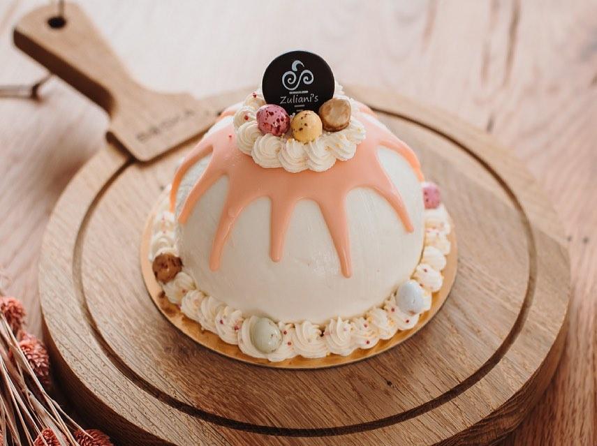 De lente is vandaag officieel begonnen ️ Met Pasen in het vooruitzicht, showen wij graag onze eerste Paas IJstaart: Deze ijstaart is het toppunt van schattig door de lieve pastelkleuren! Met een combinatie van witte chocolade ijs en gezouten karamel ijs. Gevuld met een hartje van gezouten karamelsaus. Mooi gedecoreerd met slagroom en natuurlijk de schattige paaseitjes!Voor 6 personen (€ 22,-) Bestellen? #linkinbio