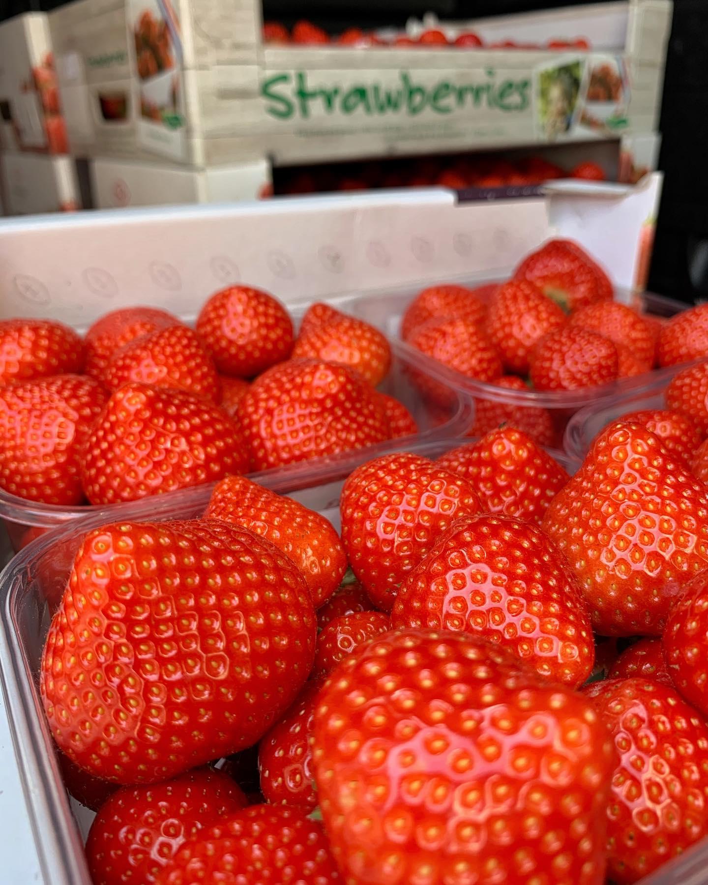 Meerdere keren per week halen wij de meest lekkere en verse aardbeien  bij @harputslagerij in de @dedorpsstraat Alles voor het beste ijs:1️⃣ Plukken, met de hand (!)2️⃣ Pureren 3️⃣ Bereiden4️⃣ Genieten 🔄 Repeat