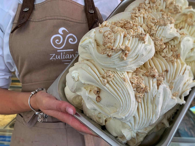 Nu in de vitrine: Nougat-ijs  Heerlijk romig met lekker veel stukjes nougat!